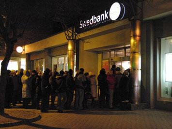 По Swedbank в Латвии дали очередь