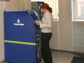 Банки с банкоматами выгадывают копейки